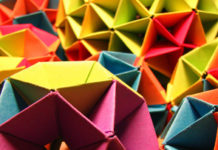Гигантский куб из автобусных билетов