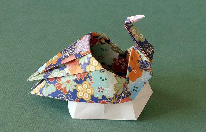 Журавль-оригами из цветной бумаги