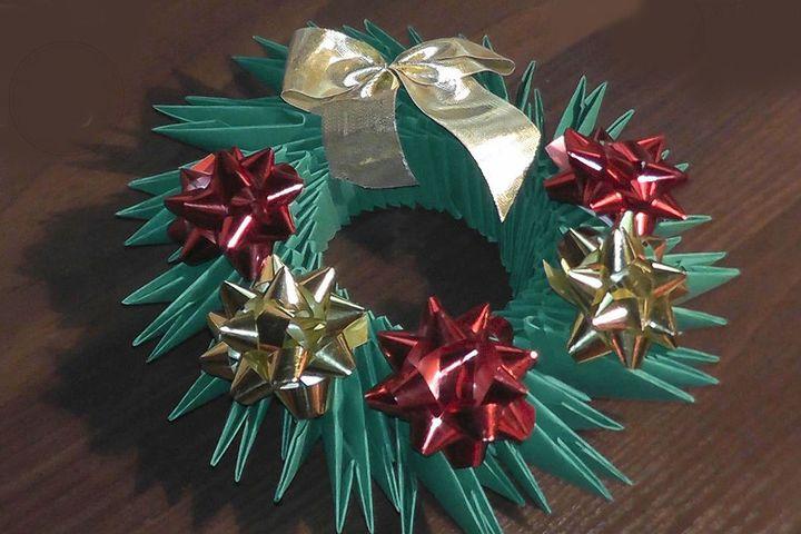 Поэтапная инструкция по сборке новогоднего веночка из модульного оригами