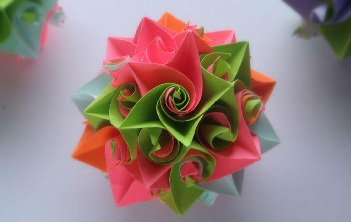 Поэтапная сборка новогоднего шара-оригами в виде розы