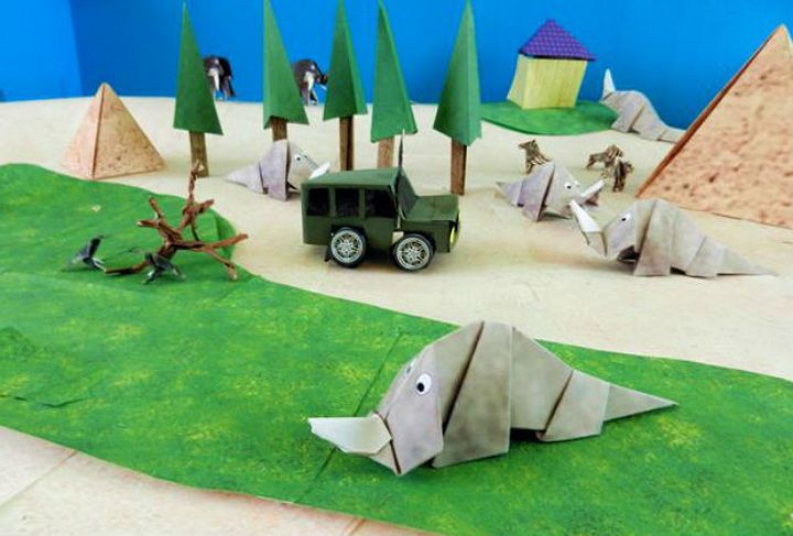 Фигурка оригами-носорога для бумажного зоопарка