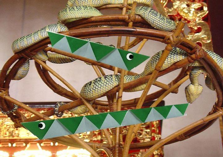 Бумажная змея-оригами