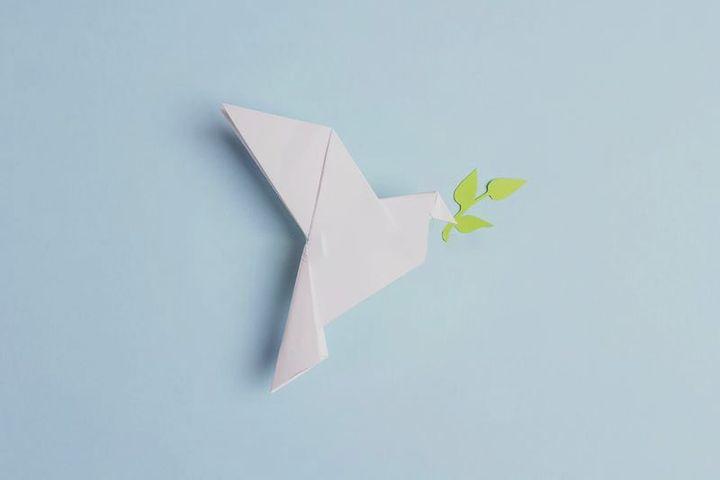 """Бумажный оригами """"голубь мира"""""""