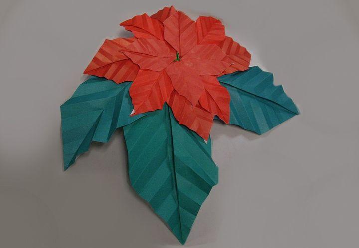 Оригами-пуансеттия из листьев